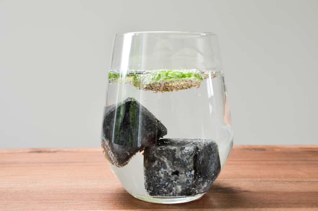 Gin Stones - Im Glas mit einem Gin Tonic