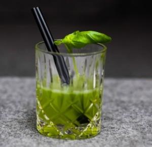 Klassischer Cocktail aus dem Cocktailshaker: Gin Basil Smash