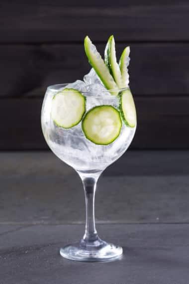 Gin Tonic mit Gurke und viel Eis
